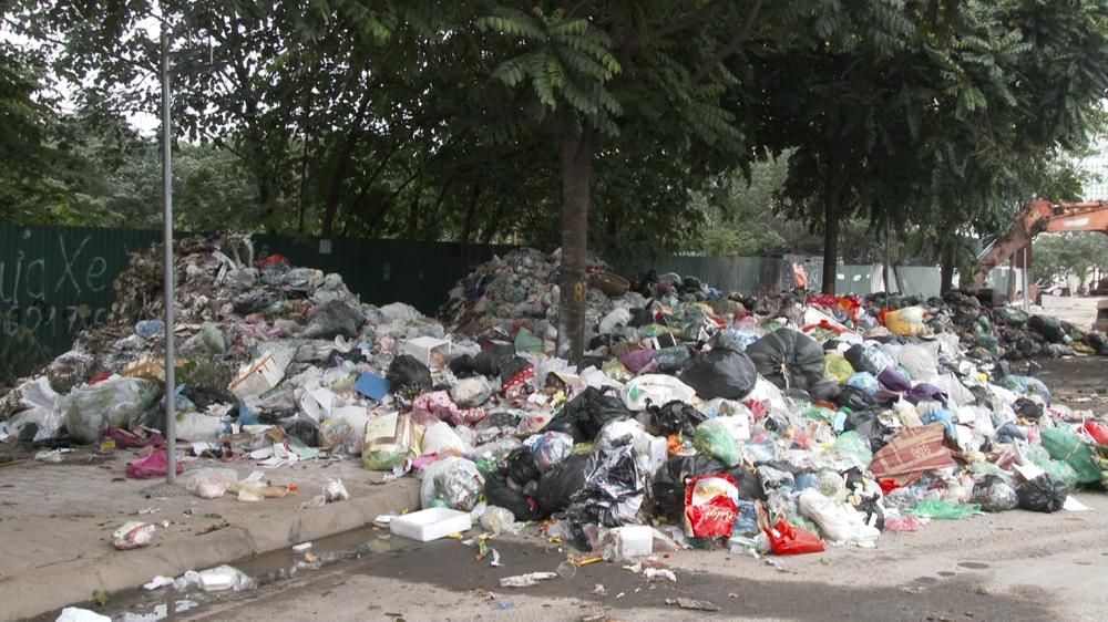 Nam Từ Liêm (Hà Nội): Người dân khốn khổ vì rác ùn ứ