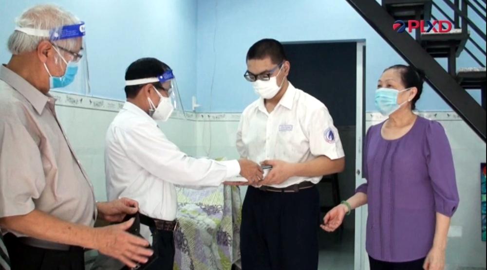 Câu lạc bộ Biệt động Sài Gòn trao quà cho trẻ em mồ côi ở Thành phố Hồ Chí Minh